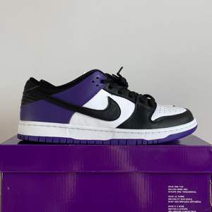 Nike SB Dunk Low Court Purple. Brand new. US 11.5/ EU 45.5. 2799kr. Meet up in Stockholm available. No trade/exchange.