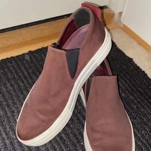 Jättesnygga och klassiska skor från Filippa K, i väldigt fint skick. Inte använt dem mycket alls, då de inte passar mig riktigt. De har en mörkröd läder detalj bak som ni kan se på bild nr 2!                                                                                Säljer endast för 500kr inklusive frakt, (org pris skulle jag tippa på runt 2000kr)