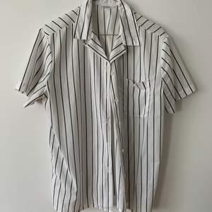 Skjorta i tunn bomull/polyester, köpt second hand och sitter som en avslappnad storlek S/M på. Fin att ha över en klänning/baddräkt på sommaren!