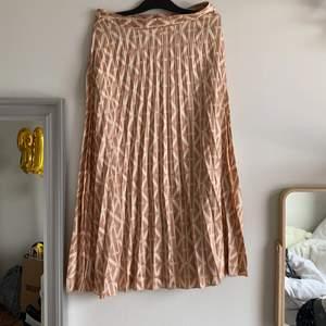 Gullig somrig lång kjol från New Yorker i storlek S, använd fåtal gånger och i väldigt fin skick.