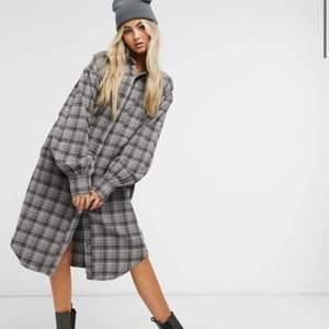 Säljer min gråa rutiga skjortklänning då den inte kommer till så mycket användning :( 🌷250kr + frakt eller mötas upp i Lund🌷