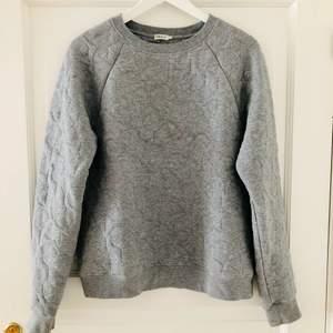 En exclusivare variant av tröja med vågigt mönster från Filippa K, strl SMALL. Loose fit, lång ärm, rund hals. Fräsch. Mycket bra kvalitet. 70% Bomull, 30% Polyester. Tvättråd: 30 grader.