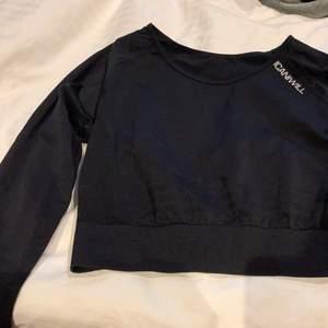 Långärmad croppad tröja från icaniwill. Storlek M. Endast använd 2 gånger. Skick: som ny!