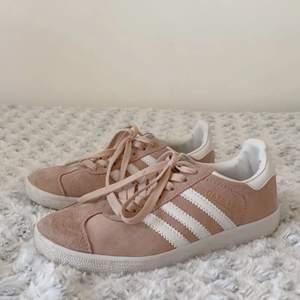 Säljer dessa skor som är kopior av adidas egna Gazelle i storlek 39, men skulle mer vilja säga dem är 37/38. Vill vara tydlig med att dessa alltså inte är äkta Adidas! (!!) Använda Max 5 gånger. Tveka inte på att kontakta mig vid frågor eller om fler bilder önskas 💖💖