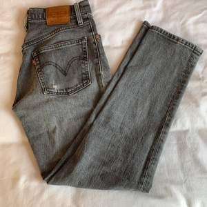 Ett par gråa 501or från Levi's. W25 L28. De är är slitna över rumpan och har något litet hål på fickan. Sen är det även väldigt slitna i skrevet, se bild. Men om man är duktig kan man nog laga dem.