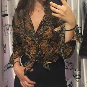 Så cool skjorta med häftigt mönster! Assnygg spetsig 70tals krage också!!