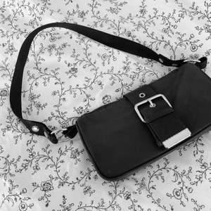 Svart handväska från Weekday.🖤 Super snygg och lätt att matcha med vad som. Köparen står för frakten. 📦