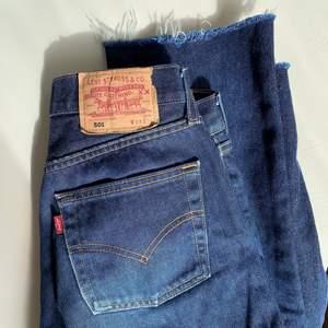 Klassiska mörkblå Levi's 501:or! Medelhög midja och raka, snyggt avklippta ben. Passar de som normalt har runt storlek 25-27 i jeans, lite beroende på hur man vill att de ska sitta. Obs att de alltså är lite mindre än W29 enligt min uppfattning - man kan ju sällan lita på storleken på vintage jeans ✨ Som referens har jag W26 i Weekdays jeans. Supersnygga och i bra skick. Säljer pga har för många mörkblå jeans. Hämtas i Malmö eller Lund (obs, är endast i Lund varannan helg) eller skickas spårbart ❤️