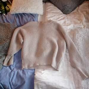 En fin tjock stivkad tröja som det finns glittrig nyans i. En fin tröja som passar till mycket.