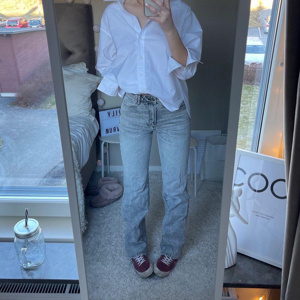 Säljer mina äääälskade full lenght 90s jeans från zara!! Helt slutsålda överallt✨✨✨✨  Jag är 176 cm lång😍  BUDA PRIVAT. SLUTAR IKVÄLL!!! (bud just nu: 420). Jeans & Byxor.