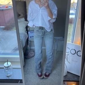 Säljer mina äääälskade full lenght 90s jeans från zara!! Helt slutsålda överallt✨✨✨✨  Jag är 176 cm lång😍  BUDA PRIVAT. SLUTAR IKVÄLL!!! (bud just nu: 420)