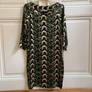 Vintage. Grön print. 100% silke
