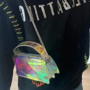 """""""Genomskinlig"""" och så snygg väska från Zara! Går både att ha över axeln och som crossbody. Bra skick då den endast är använd vid ett fåtal tillfällen. Frakt tillkommer❣️"""