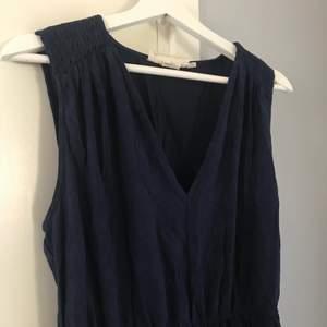 En jättefin blå klänning perfekt nu till sommaren!  Klänningen är i storlek L men kan även passa som M också. Frakt är inräknat i priset. Kan mötas upp i Norrköping!