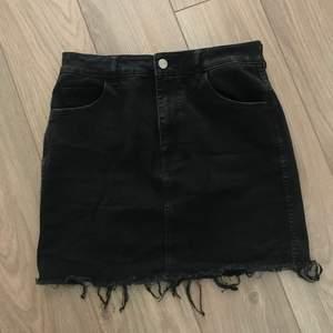 En svart jeanskjol köpt på H&M. Kjolen är i storlek L. Frakt är inräknat i priset. Kan mötas upp i Norrköping!