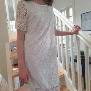 Söt Vera Moda klänning. Den är tyvärr lite trasig i slutet av klänningen därför går priset att diskuteras. Jag går att möta upp eller att frakta, i så fall betalar köparen för frakt.