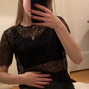 Genomskinlig Leopardmönstrad topp. (Har ett svart linne under på bilden) strl. XS. 70 kr inkl. frakt