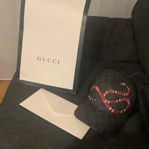 Säljer nu min Gucci keps då jag aldrig använder den, har köpt den på guccis hemsida så kvitto o box o allt finns den är i nyskick då jag bara har använt den 3 gånger!