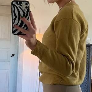 senapsgul ish stickad tröja i 100% lammull. jättefin kvalite. vet ej riktigt storlek men passar mig (S) lite oversize
