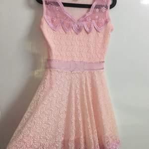 klänning som är oanvänd! Helt ny!  Fraktas eller mötts upp i sthlm