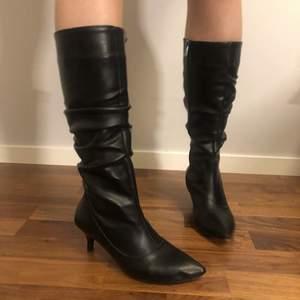 Asfräscha knä boots i skinnimitation, lite pointy toes, bra kvalitet, bekväma och endast använda två gånger så i nyskick, nypris 900, hör av er vid frågor