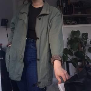 Söt grön jacka! Går att rulla ner ärmarna också :)