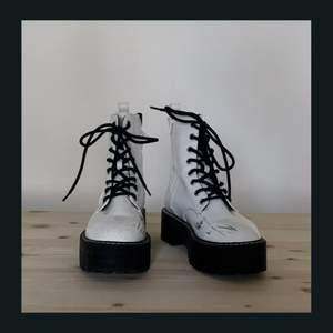 Vita kängor från H&M med grov sula. Använt men bra skick, några svarta märken finns🖤 Köpare står för frakt!