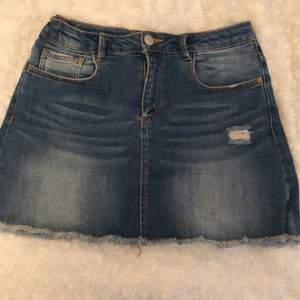 En blå jättefin jeanskjol med ett litet hål på ena sidan💕 kjolen är från Zara kids och är i storlek 152. Använd Max 3 ggr