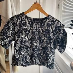 Mörkblå mönstrad tröja från bikbok