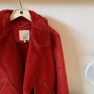 Underbar röd jacka med päls och mockamaterial. Tyvärr för liten men älskar den!!