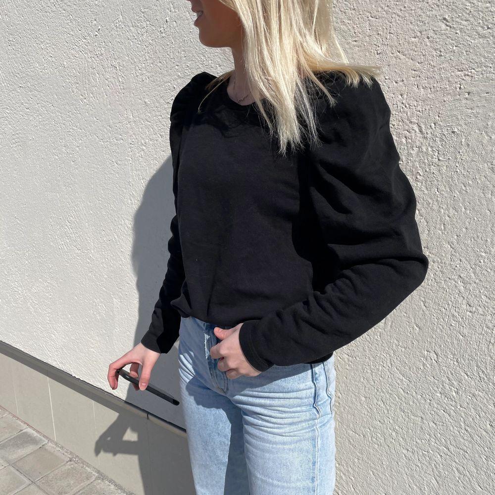 Fin tröja i bra skick med puffärm, frakt tollkommer. Tröjor & Koftor.