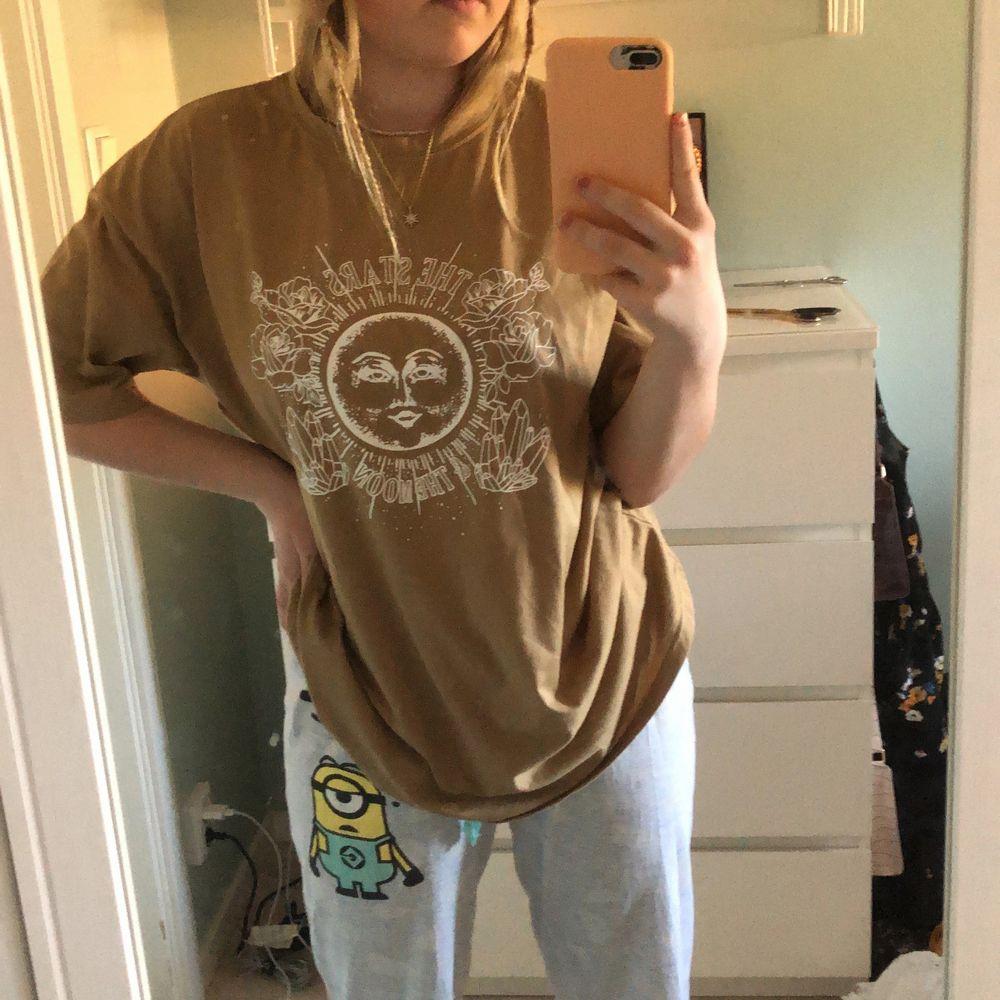 Super fin och skön oversized T-shirt i storlek S, från shein och är använd en gång. Skjortor.