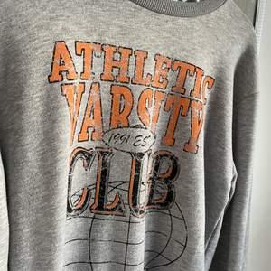 """Säljer denna snygga sweatshirt! Använd fåtal gånger! Kom privat för fler bilder på den💞💞kan tänka mig att nypris var runt 299kr/399kr (kan tänka mig att sänka pris en del) (märket på tröjan ska alltså se """"gammalt"""" ut) (SISTA BILDER ÄR LÅNAD, EJ MIN BILD)"""