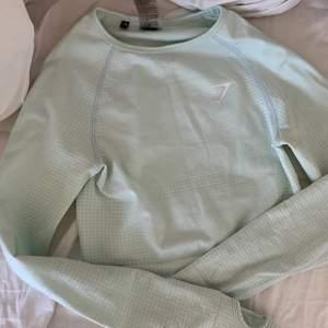 En tröja ifrån gymshark i strl XS, den är i färgen mintgrön och bara använd 2 gånger, budgivning gäller 🤎
