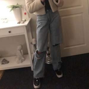 Ett par jätte fina baggy jeans ifrån Boohoo, haft dem i ett par månader men de kommer inte till någon användning längre! Om du är intresserad är det bara att lägga ett bud!💕💕