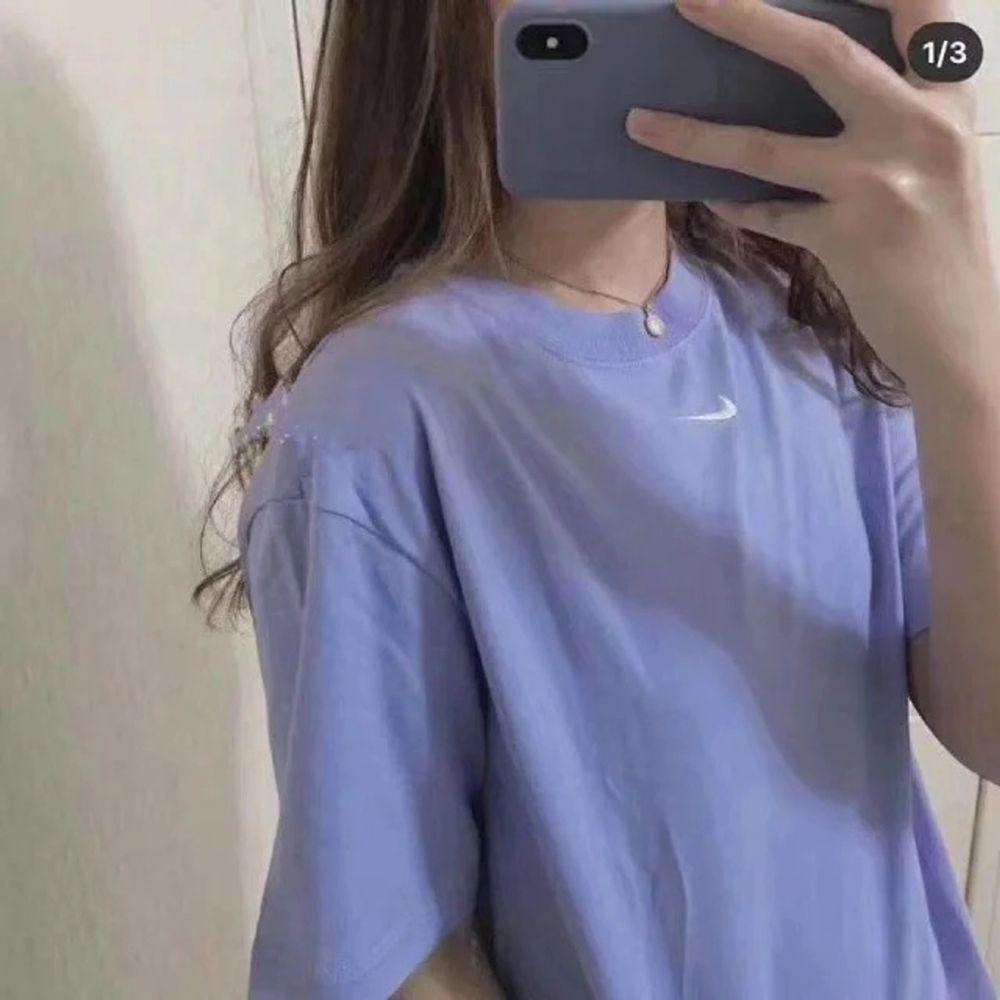 Säljer en nike mini swoosh tee för ett bra pris. Säljer eftersom får ingen användning och vill inte slänga. T-shirts.