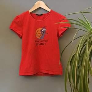Röd tröja med roligt tryck från Vero Moda. Storlek S ❤️ (Säljer en till på min sida)