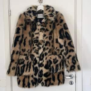 Säljer min älskade leopard fuskpäls från Stand i storlek 36, köptes ny två år sedan för ca 3000kr 🤍 Anvönd en vinter och i fint skick! För mer bilder eller frågor skriv privat! Djur och rökfritt🤍