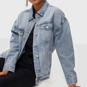 Jeansjacka i storlek 36 från märket VILA.    Oversized modell, modellen på bilden har också  storlek 36 🍓 Jackan är helt oanvänd, köpt för 599kr.   - Pris 200kr + frakt