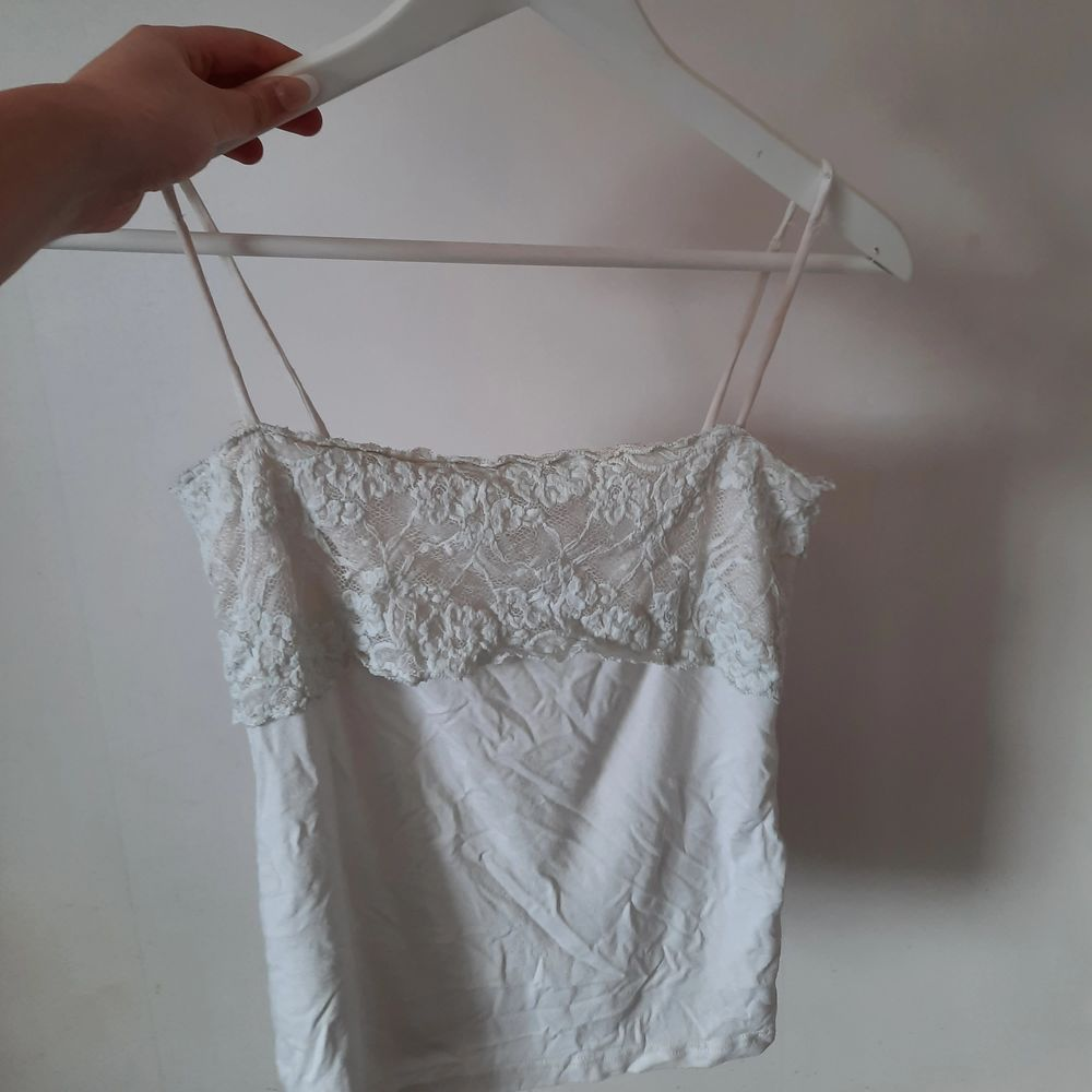Ett gulligt linne i strl 34 som är köpt på en secondhand. Axelbanden har några slitningar, men är i ett generellt bra skick 💞. Toppar.