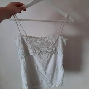 Ett gulligt linne i strl 34 som är köpt på en secondhand. Axelbanden har några slitningar, men är i ett generellt bra skick 💞