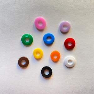Platta pärlor till ex. armband eller halsband! Första bilderna visar typ Large. Fler typer finns och alla i 10 färger🌈 20kr för 100st pärlor, blanda som du vill!