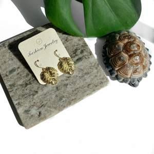 ☼ Monstera earrings ☼ Monsteraörhängen som går att matcha med monsterahalsband! Du kan välja mellan krokar och ringar som örhängen ♡ (se bild nr 2)