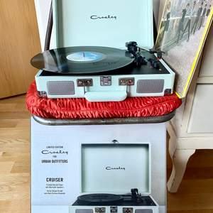 Urban Outfitters vintageinspirerade vinylspelare från Crosley i färgen mint med inbyggda högtalare och bluetooth. Perfekt skick, använd fåtal gånger, mini märke på locket. Se bilder. Komplett med alla tillbehör och originalkartong. Sold out på UO.