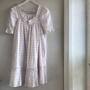 Så himla söt klänning som inte kommer till användning. Aldrig använd så är helt ny!