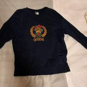Mörkblå långärmad T-shirt med New York tryck på magen. Säljer då jag känner att den inte riktigt är min stil längre, men är endast använd typ 3 gånger.