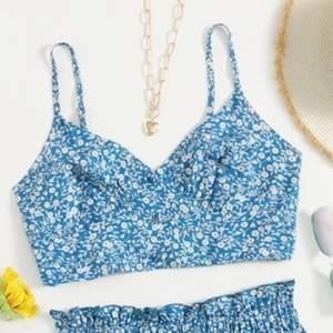 Ett blått blommigt linne som inte kommit till användning