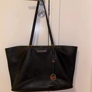 Superfin väska som är väldigt rymlig och har bra med fack. Lite trasig på handtagen men det syns knappt! Frakten tillkommer🤩