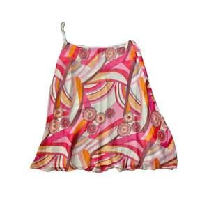 SÅ FIN & unik 90 tals midi abstrakt kjol med pärlor & fina färger 😍🥺 går ner till knänen & dragkedja på sidan. Dubbeltyg så inte alls genomskinligt. Passar även fler storlekar då den inte är tight, skulle gissa på att en 38 eller en större 40/42 också skulle passa! ☺️