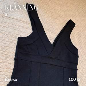 Figurnära svart klänning från bikbok. Mycket fint skick. Lapp om storlek saknas, men passar S-M